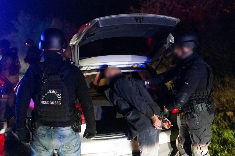 Prostitúcióra kényszerítették a fiatal lányt, a pénzét elszedte a banda – de aztán jöttek a rendőrök – videó