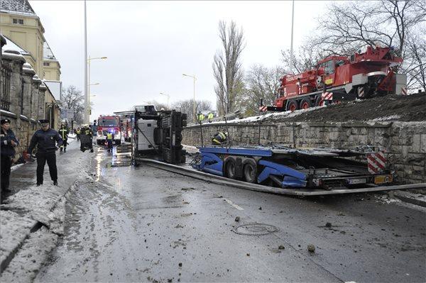 Lezuhant egy teherautó egy XI. kerületi felüljáróról – fotók