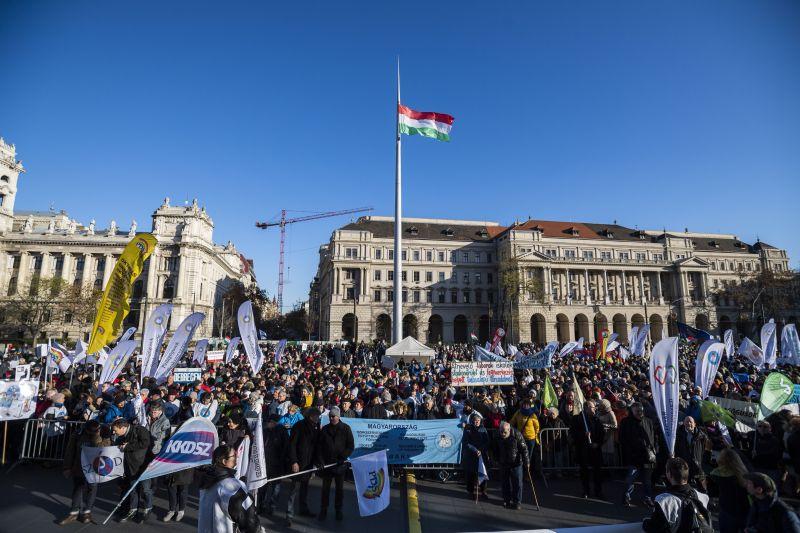 Az oktatás tarthatatlan helyzete miatt demonstráltak a tanárok Budapesten