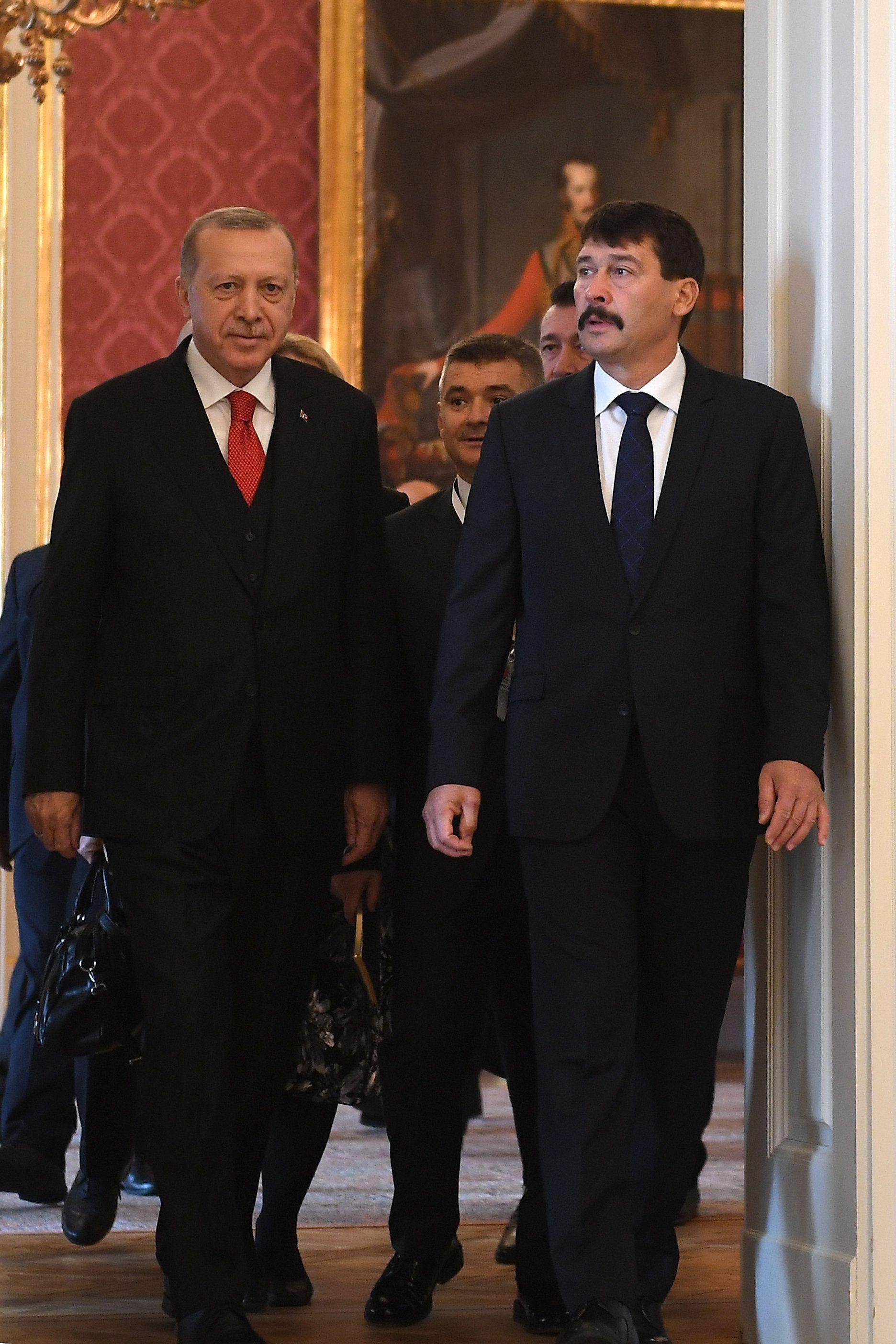 Megérkezett Erdogan Budapestre – az első fotók