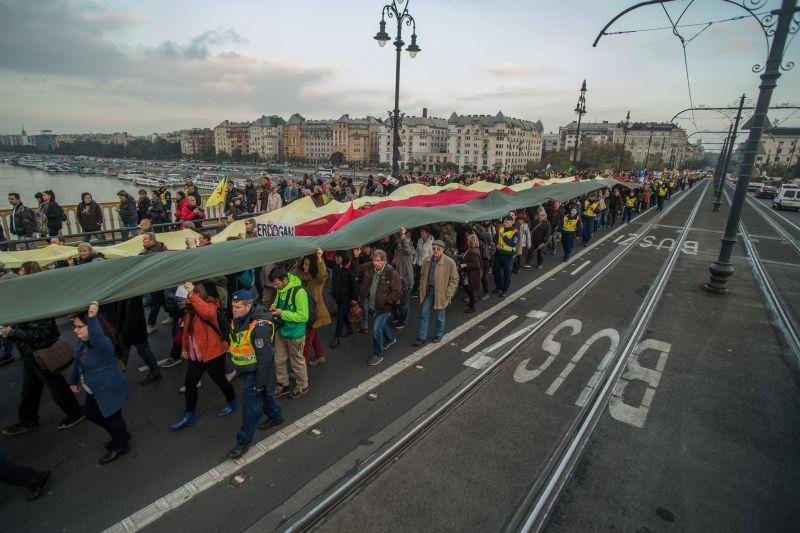 Élő: így tüntetnek Budapesten Erdogan ellen