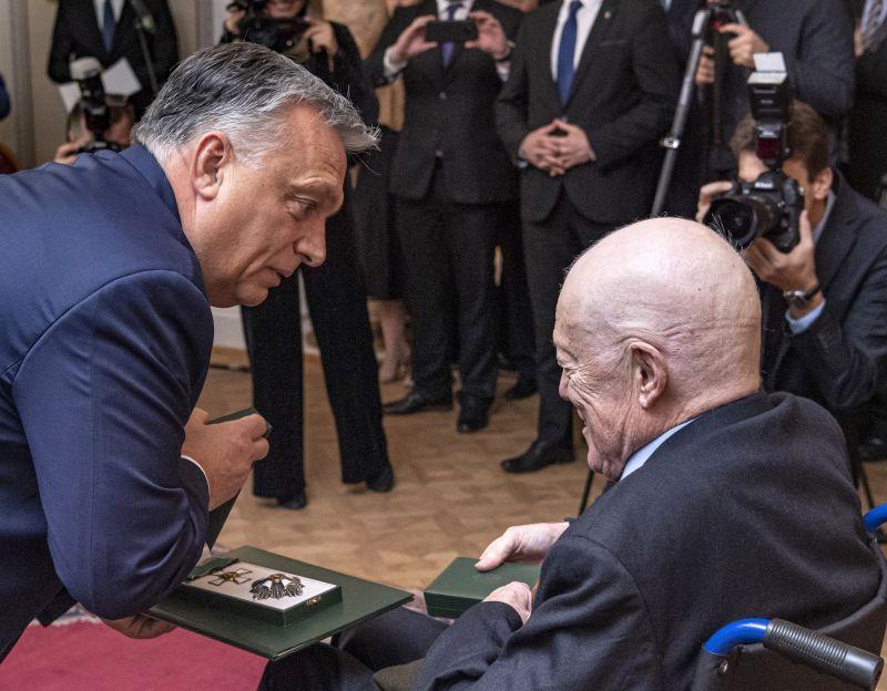 Orbán kitüntette a professzort, aki szerinte megvédte Magyarországot