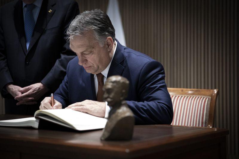 Olyan szaloncukrot még nem kóstolt, mint Orbán Viktor