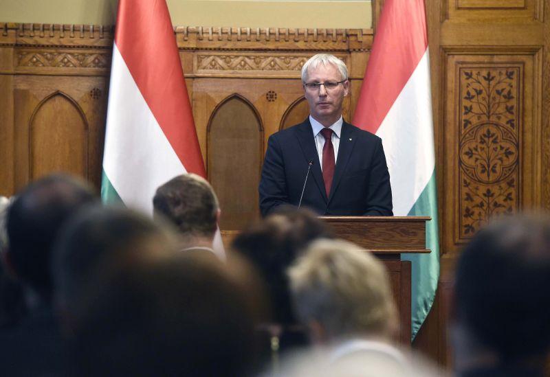 Bocsánatot kért a fideszes államtitkár a DK-s politikustól
