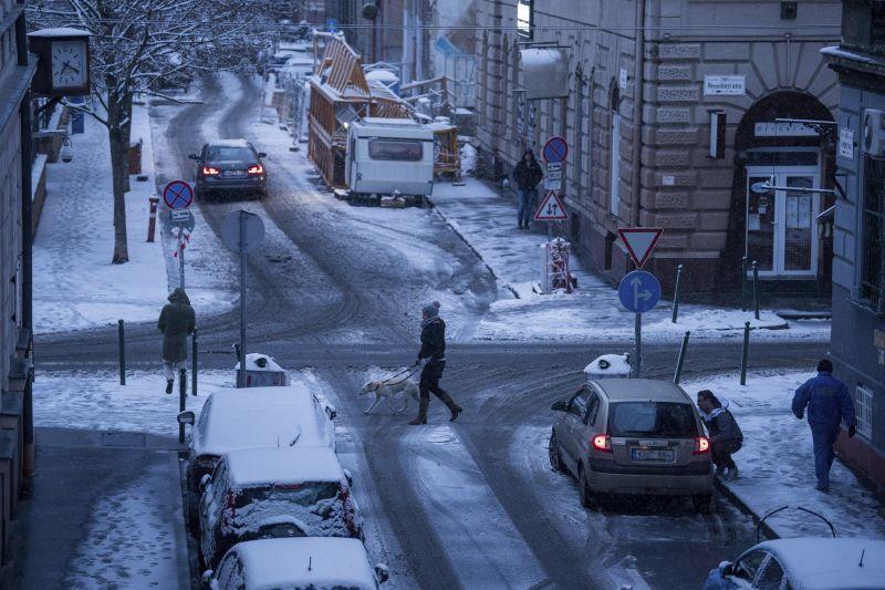 Útinform: csúszósak az utak mindenhol a havazás és a havas eső miatt