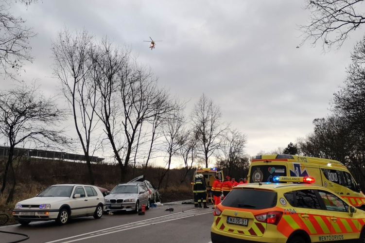 Három ember életveszélyben – segítségnyújtókat gázoltak el a 25-ös főúton