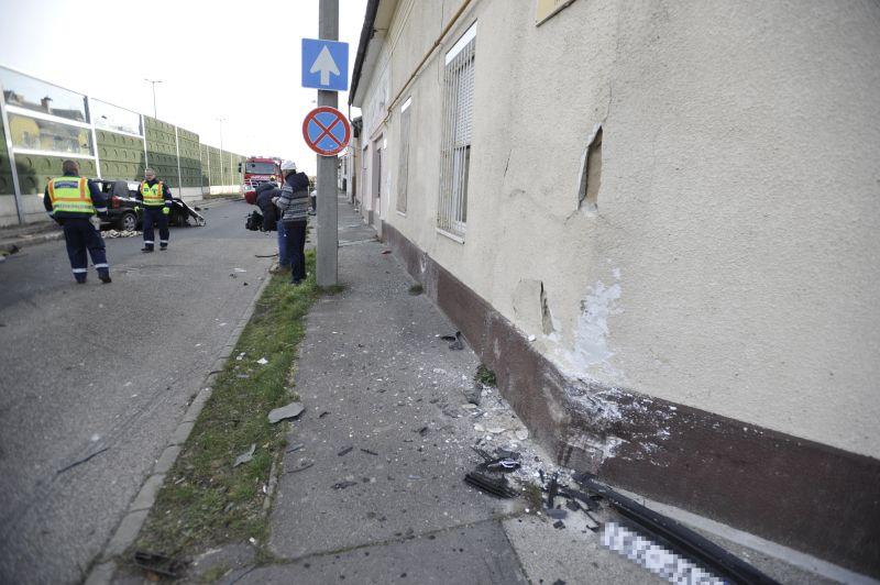 Ház falának ütközött egy autó Budapesten, a sofőr kiesett a járműből