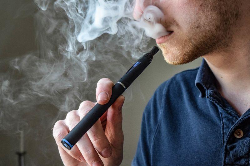 Dohányboltba száműzik az e-cigit is