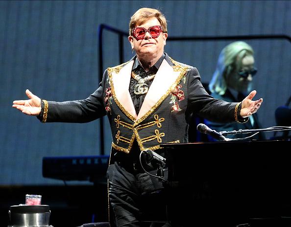 Elton John pelenkában zenélt koncertjén