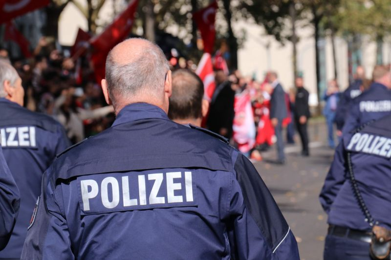 Újabb felháborító bűncselekmény Németországban: hátulról szúrtak le egy rendőrt