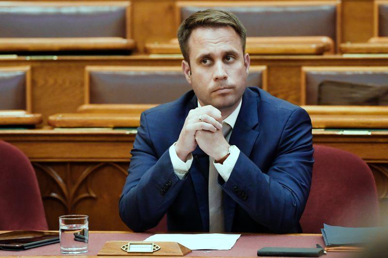 Busás összegeket kaptak jutalomként Orbán államtitkárai