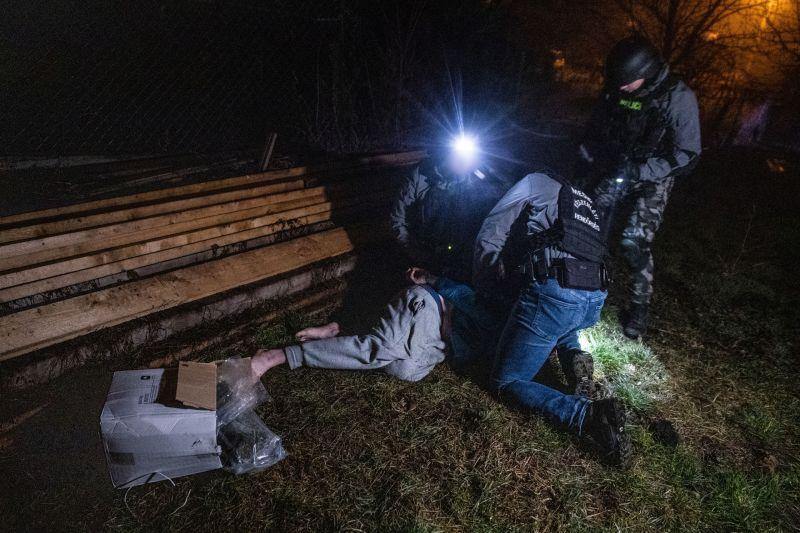 Mezítláb, hóna alatt a kábszival próbált menekülni a rendőrök elől a drogkereskedő – videó