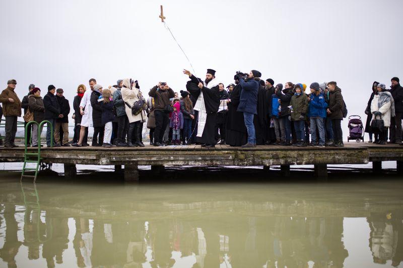 Menő: a fagyos vízbe merülve szentelték meg a Balatont