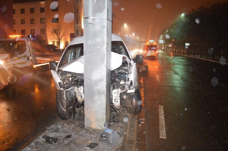 Flippergolyóként pattogott a megcsúszott autó Győrben