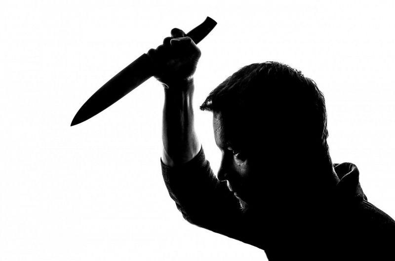 Kalapáccsal ment neki a feleségének, majd kést ragadott és leszúrta