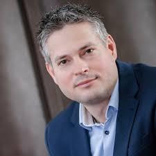 Orbán a bukott polgármesterek hóna alá is nyúl – most Sára Botondot mentette meg