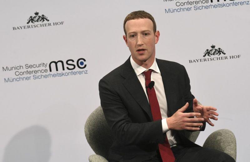 A Facebook alapítója szerint nem ők tehetnek arról, ha az emberek álhírekben fürdenek