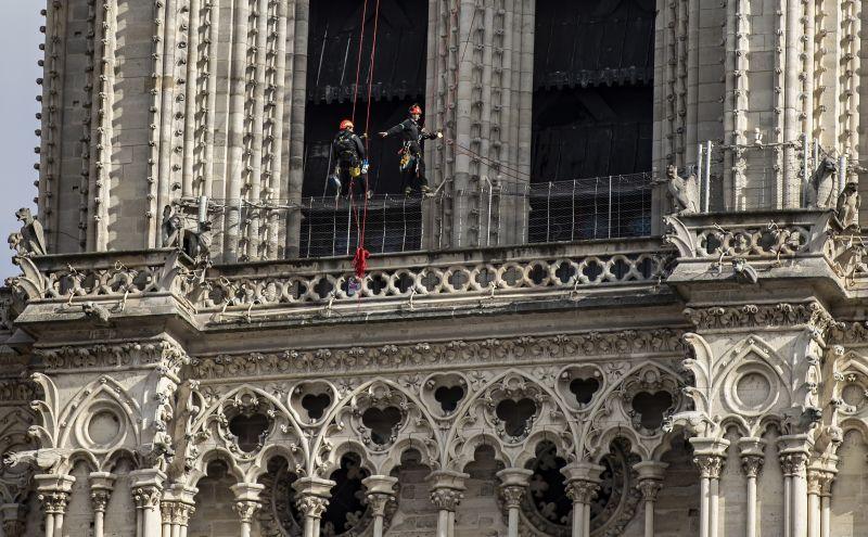 Döbbenetes: részegek lopják a köveket az újjáépülő Notre-Dame-ból