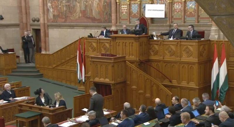 Hadházy ismét táblával akciózott a parlamentben, Kövér László rögtön ki is tiltotta