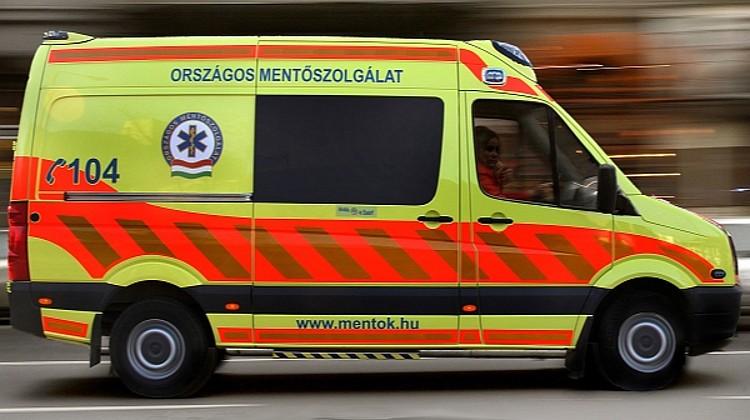 Koronavírus-gyanú miatt, védőfelszerelésben mentek ki a mentők egy budapesti helyszínre