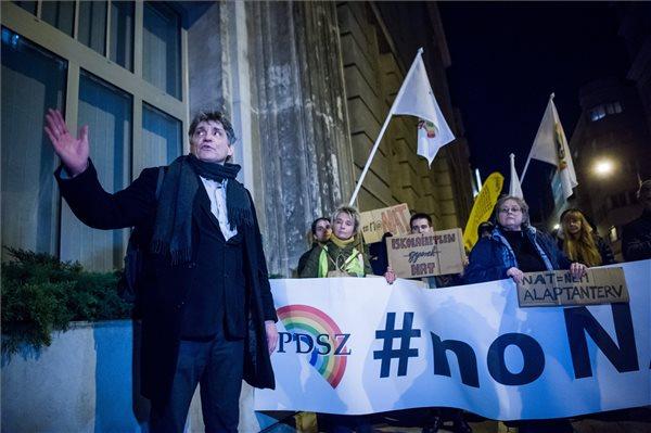 Tüntettek a pedagógusok az új Nemzeti alaptanterv ellen