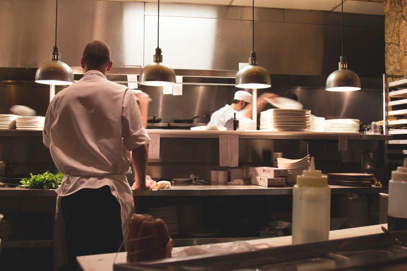 Megütötte és szexuálisan zaklatta kiskorú gyakornokát a győri szakács