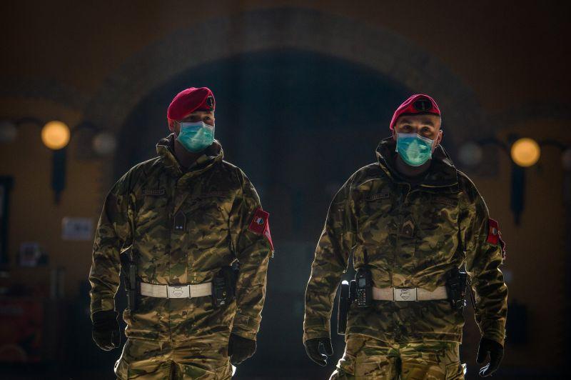 Katonai járőrök tartatják be a kijárási korlátozást az országban