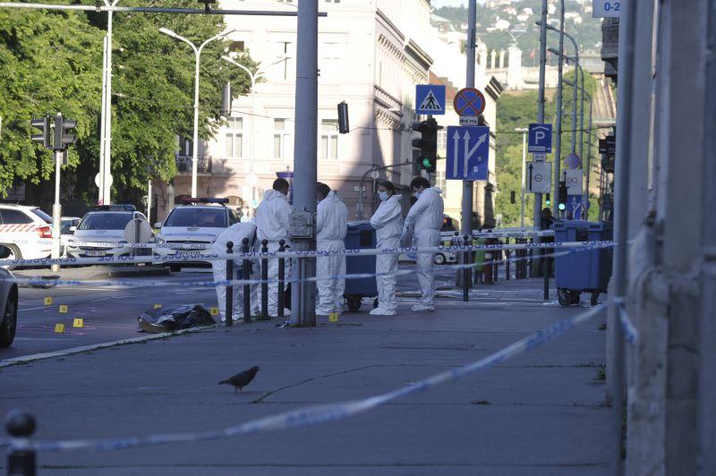 Hajnali vérfürdő a Deák téren: itt vannak az első képek a helyszínelésről