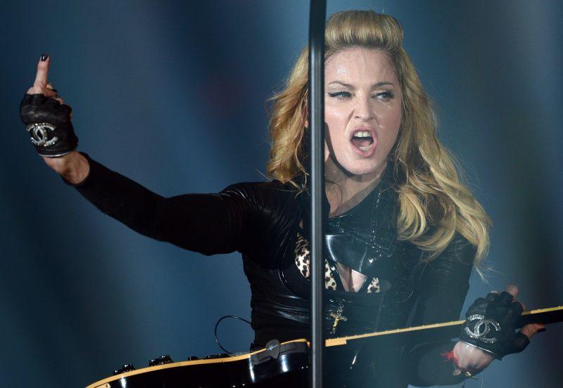 18+ Madonna bugyira és átlátszó melltartóra vetkőzött, mert valaki valamiért nagyon kiborította