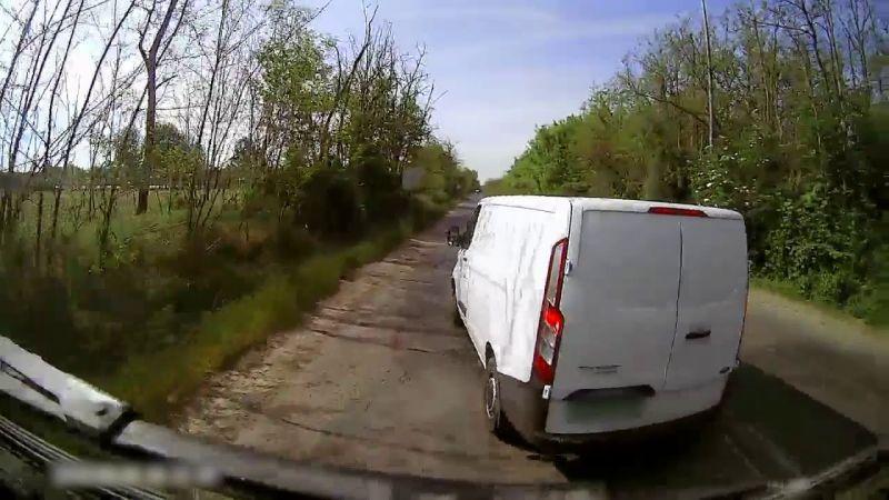Egy elképesztő fedélzeti videó: őrjöngve bosszút akart állni a kamionoson, miközben vele volt a kisbabája