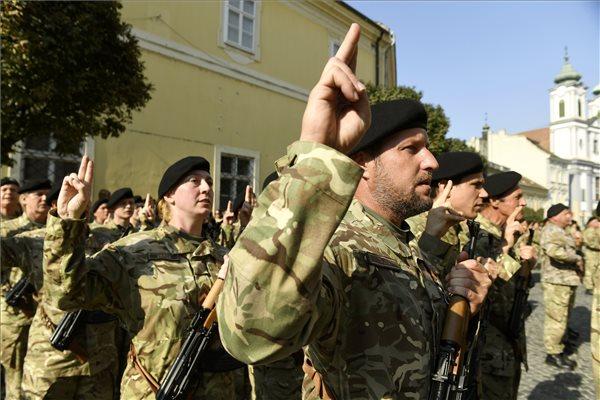 Katonák jelennek meg a létfontosságú magyar vállalatoknál