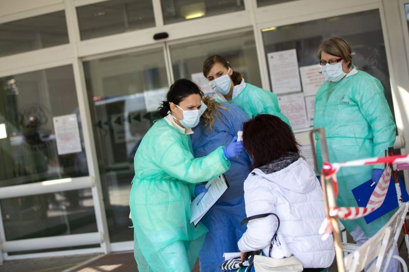 A tünetek megszűnése után is fertőzhetnek a koronavírusos betegek