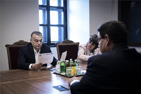 Az orvostudomány képviselőit fogadta rezidenciáján Orbán Viktor
