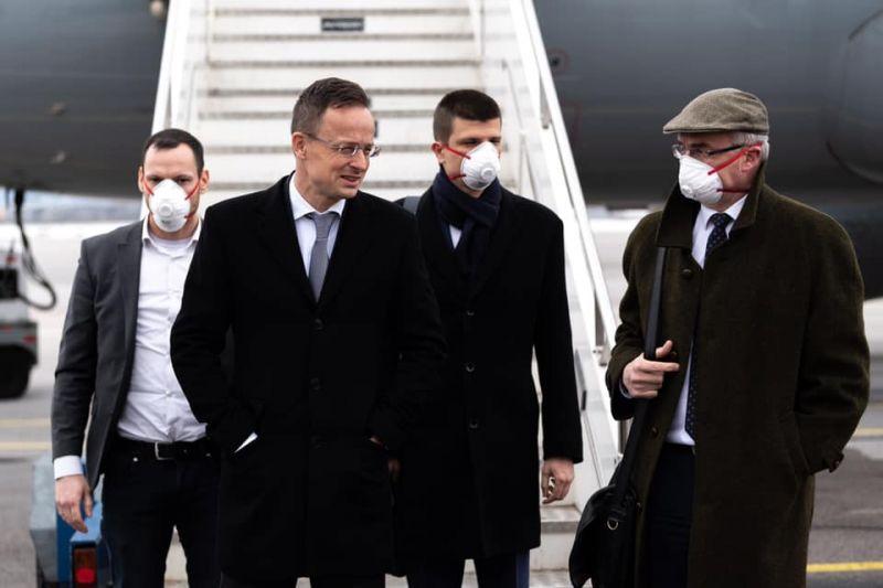 Csak Szijjártó Péter nem viselt maszkot, amikor megérkezett Bulgáriába