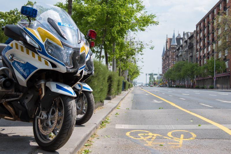 Motoros rendőrök segítik a bicikliseket Budapesten
