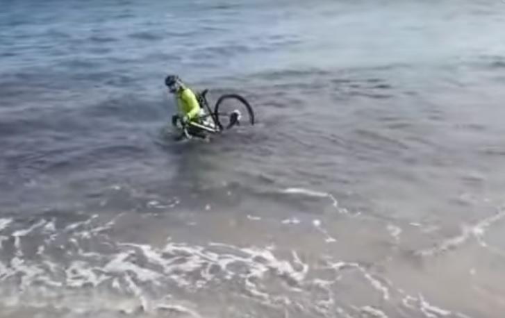Az év bűnözője: megszegte a kijárási tilalmat, biciklivel menekült a rendőrök elől, aztán belehajtott a tengerbe – videó