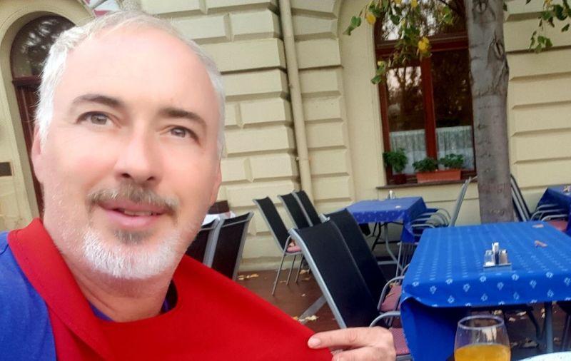 Példamutató: Hajós András a saját otthonába fogadna be egy kórházból elküldött beteget