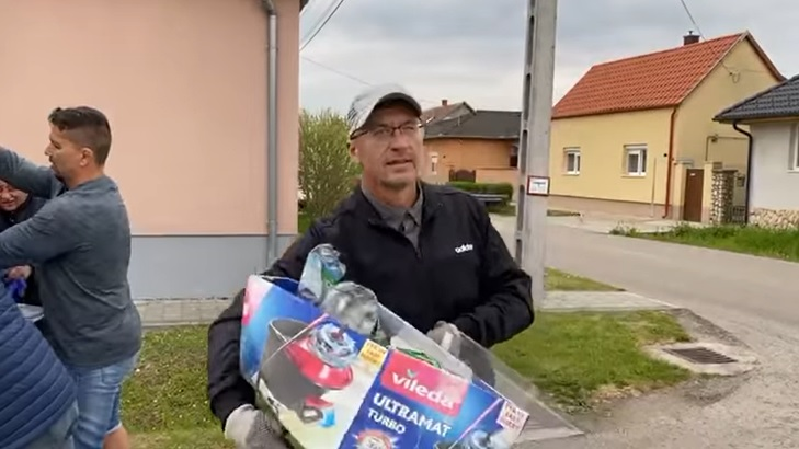 Videó: bedobálta a hulladékot a szemetelő kertjébe a pápai polgármester