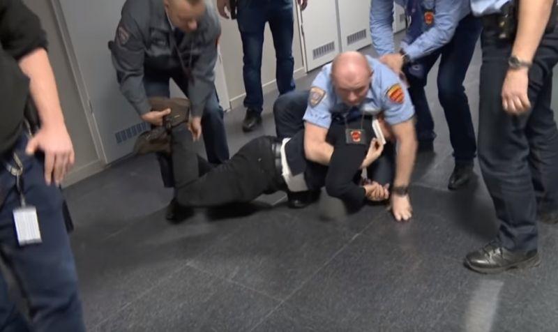 Megszorította a biztonsági őr vádliját – több bűncselekmény miatt emeltek vádat Varju László ellen