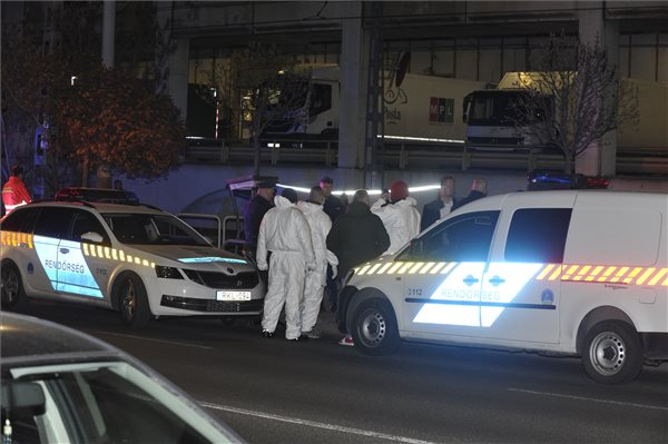 Halálra szúrtak egy férfit Budapesten, a villamoson