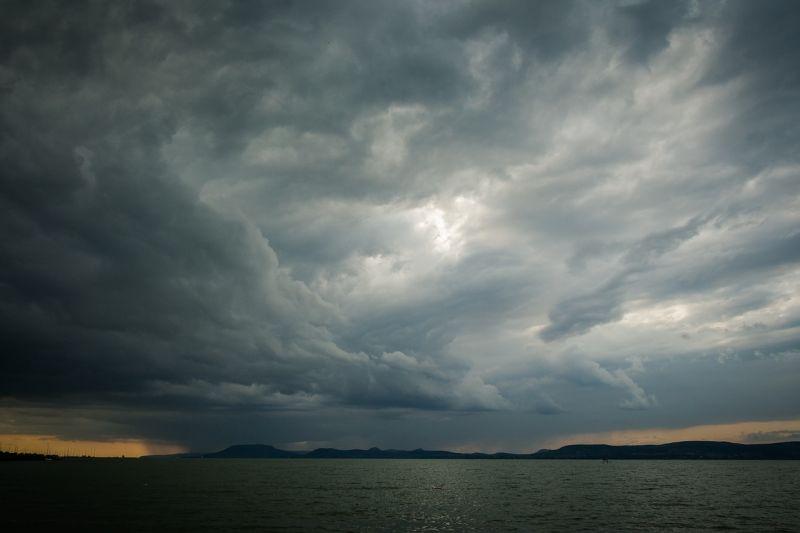 Első és másodfokú viharjelzés van érvényben a Balatonon