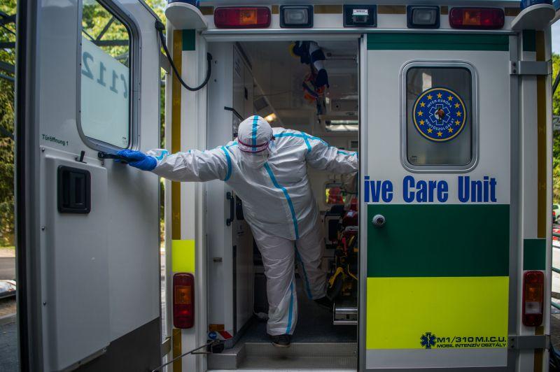 Koronavírusos beteghez siető mentőt akart megállítani egy részeg budapesti – amikor nem sikerült, döbbenetes dolgot tett