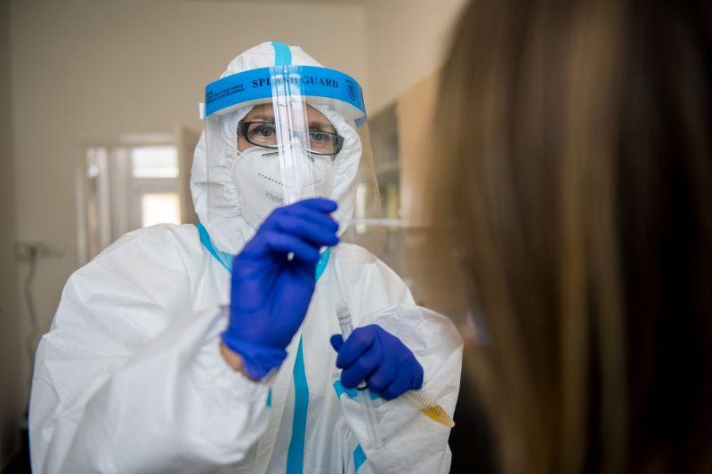 Összesen 3793-ra emelkedett az azonosított fertőzöttek száma itthon