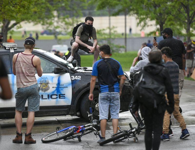 Zavargás tört ki Minneapolisban, miután egy férfi rendőri intézkedés közben halt meg