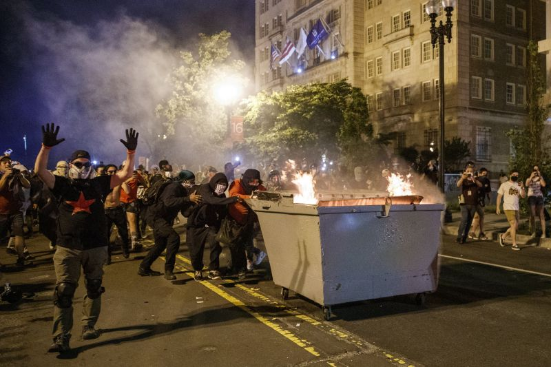 Gyújtogattak a Fehér Háznál, lángokban álltak a mobilvécék – ez volt az elnök reakciója