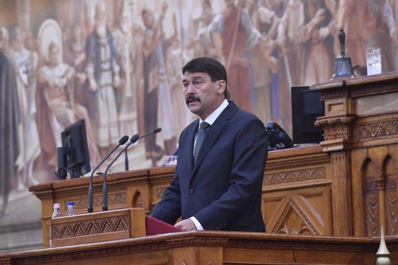 Áder János elvette a magyar állampolgárságát kilenc személynek