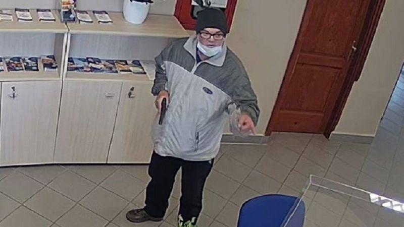 Videó készült a több millió forintos zsákmányt szedő pesti fegyveres bankrablóról – itt megnézheti