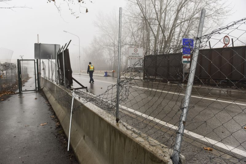 A kormány felszámolja a tranzitzónákat a magyar határnál