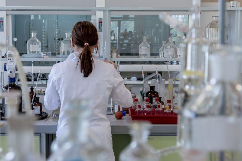 Koronavírus: három ígéretes oltóanyaggal kísérleteznek