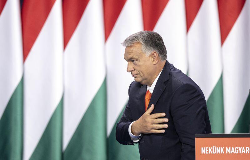 Orbán Viktor érzelmes levél kíséretében kapott különleges maszkot egy rajongójától